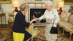 Theresa May saluda con respeto a la reina Isabel II