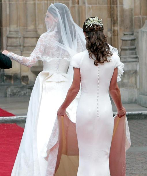 Pippa Middleton sostiene la cola del vestido de su hermana Catalina