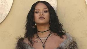 Las imágenes más comprometidas de Rihanna con un desconocido en una piscina española