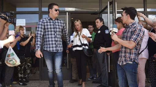Salida de Belén Esteban y su pareja, Miguel, a la salida del juicio