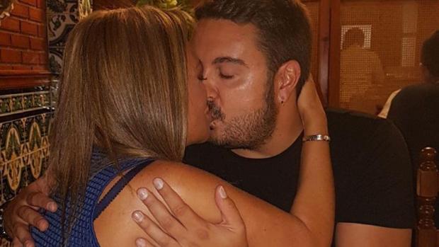 Belén Esteban y Miguel Marcos dándose un beso en la fiesta