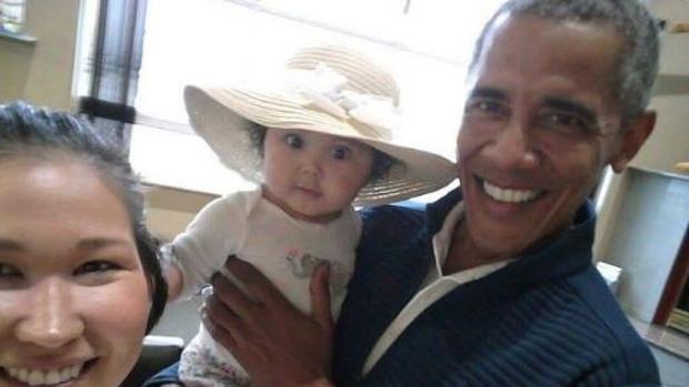 Barack Obama con la pequeña y su madre en el aeropuerto