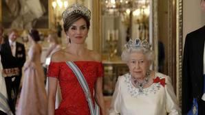 La Reina Letizia y la Reina Isabel II antes de la cena. Al fondo, de espaldas, se puede ver a Kate Middleton