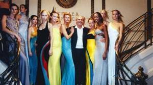 Gianni Versace, a principios de los 90, con las «tops» de la época