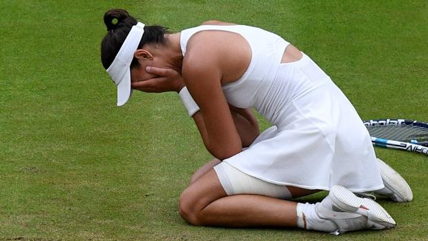 Garbiñe Muguruza se arrodilla tras lograr ganar su primer torneo Wimbledon