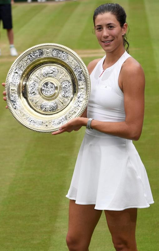La tenista posa sonriente tras la victoria