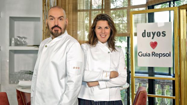 El modisto Juan Duyos y la directora de la Guía Repsol María Ritter posan con la chaquetilla