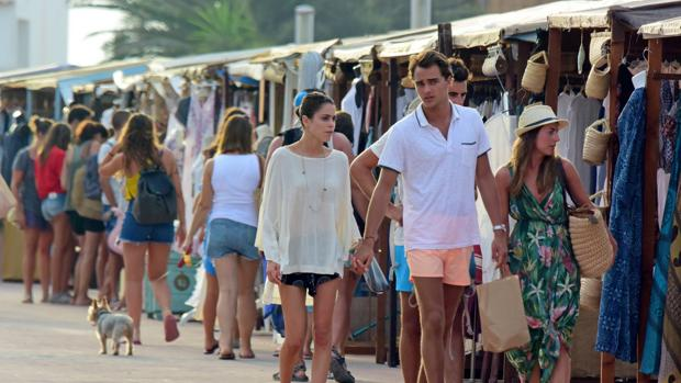 Stoessel y Barroso Jr. de compras por Ibiza