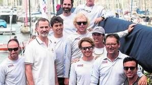Don Felipe con la tripulación del velero vecino