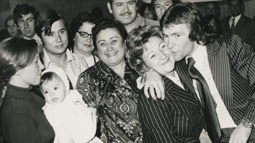 Nieto besa a su madre cuando ganó un título en 1972