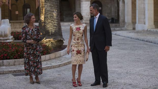 Los Reyes con Doña Sofía, en el patio de honor de La Almudaina