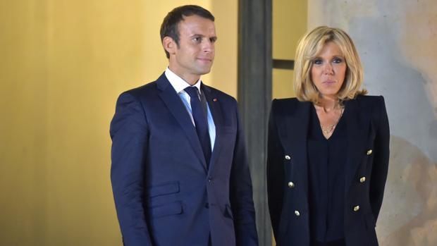 Emmanuel Macron y Brigitte Macron en el Palacio del Elíseo