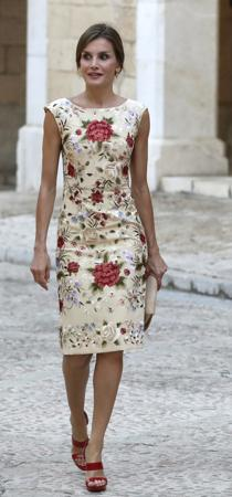 Doña Letizia, con el vestido de mantón de Manila, diseño de Juan Duyos