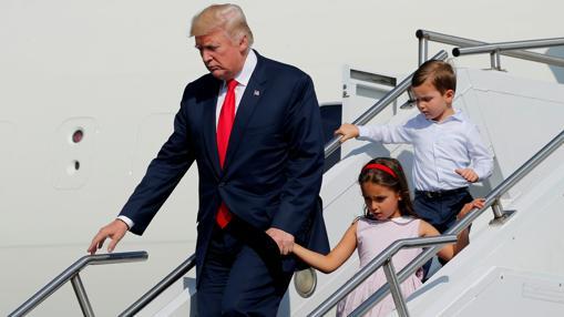 Donald Trump desembarca en Nueva Jersey con sus nietos