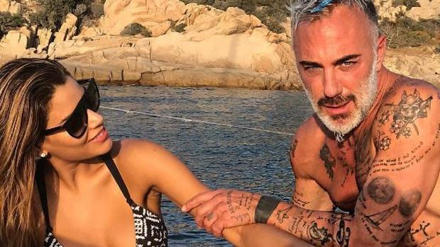 Gianluca Vacchi y Ariadna Gutiérrez en la playa