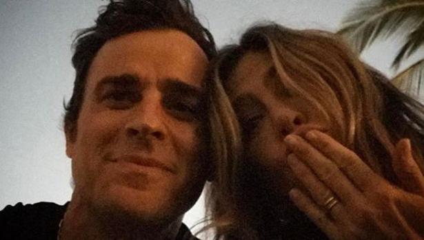La pareja en una imagen que Theroux subió a sus redes sociales
