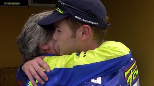 Emotivo abrazo entre Fonsi Nietoy su tío Angel Nieto