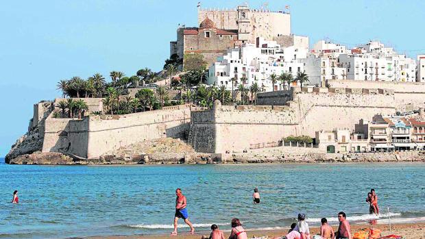 La playa de Peñíscola, con el castillo de fondo