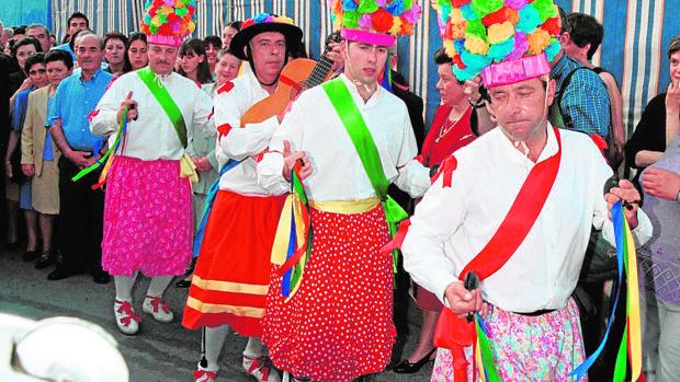 Bailarines de la Danza de Fuente Tójar tocados con tiaras de flores