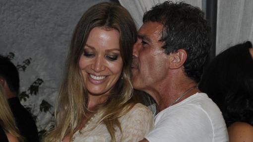 Antonio Banderas y Nicole Kimpel en una fiesta