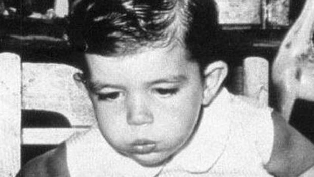 Antonio Banderas soplando las velas de su cumpleaños