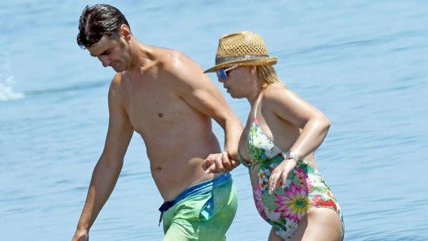 El 30 de julio, María José Campanario abandonó unas horas el hospital para relajarse en la playa