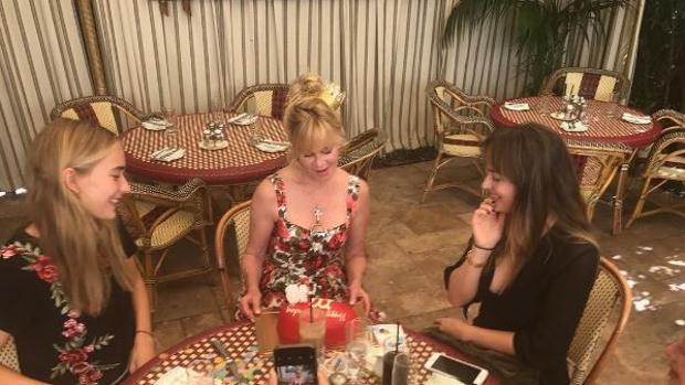 Melanie Griffith celebrando su cumpleaños junto a sus dos hijas