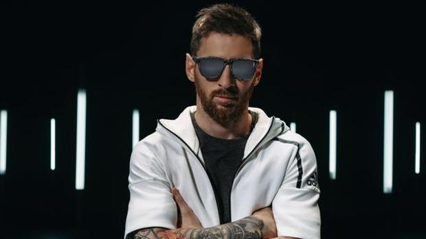 Leo Messi, con uno de los modelos de su colección de gafas de Hawkers