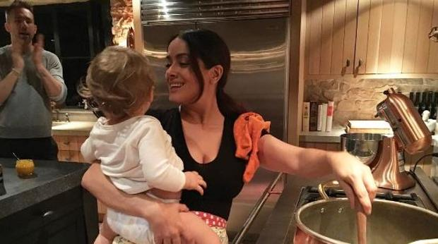 Salma Heyek cocinando con Inés en brazos