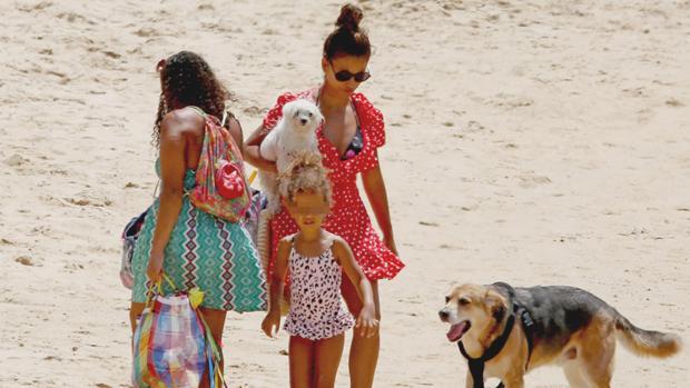 Mónica Cruz con su pequeña, su perro y su madre