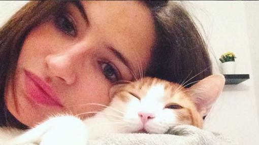 Anna Ruiz con uno de sus gatos