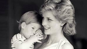Diana de Gales, con el Príncipe Harry en brazos, en el Palacio de Marivent en 1988