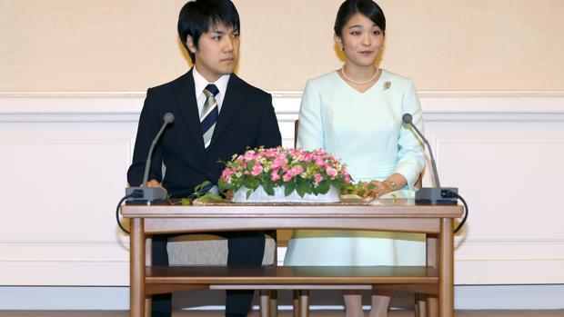 Los novios, durante el anuncio oficial del compromiso
