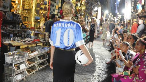 La maniquí que viste la camiseta con el nombre y número del exjugador