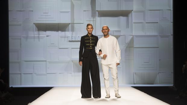 Carla Pereyra junto al diseñador Modesto Lomba al final del desfile