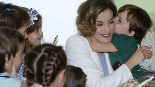 Doña Letizia recibe el beso de una niña en el colegio público Marqués de Santillana, de Palencia