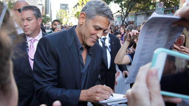 George Clooney firmando autógrafos durante el Festival de Cine de Toronto