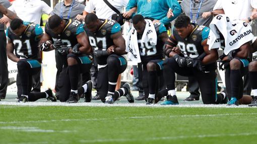 Los jugadores del Jacksonville Jaguar arrodillados ayer en señal de protesta
