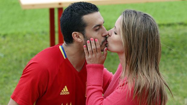 Pedro Rodríguez besando a su exmujer Carolina Martín