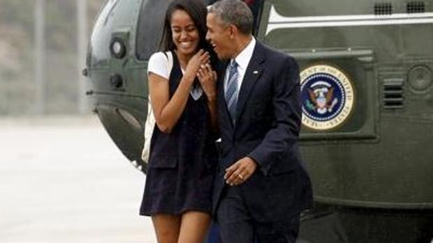 Malia Obama y su padre, tras aterrizar en Los Ángeles el pasado mes de abril