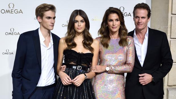 Presley y Kaia gerber en París con sus padres, Cindy Crawford y Rander Gerber