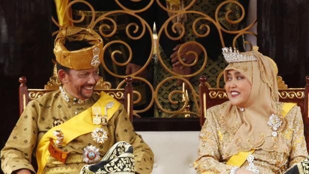 El sultán de Brunéi, Hassanal Bolkiah junto a su primera esposa Pengiran Anak Saleha