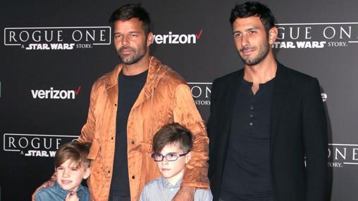 Ricky Martin, con sus hijos Valentino y Matteo, y su prometido Jwan Yosef
