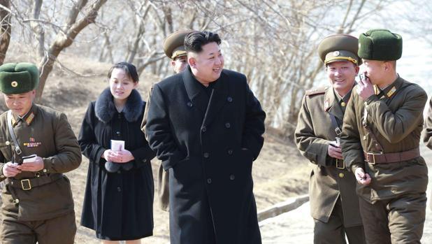 El líder norcoreano Kim Jong-un visita una unidad militar en una isla del norte del país junto a su hermana Kim Yo-jong