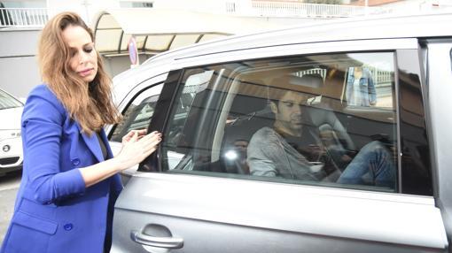 Eva González ayuda a su marido a meterse en el coche