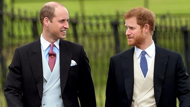 El príncipe Guillermo junto a su hermano Harry
