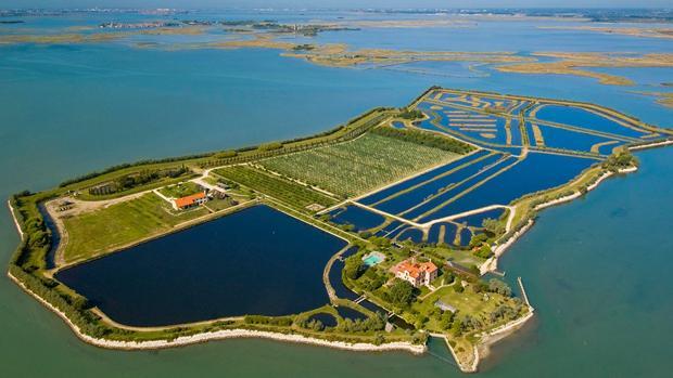 Panorámica de la isla de Santa Cristina, en la laguna de Venecia, propiedad de la familia Swarovski