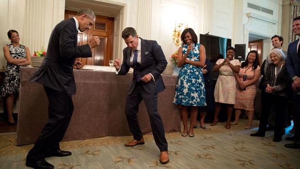 Obama baila con jeremy Bernard, uno de los autores del libro