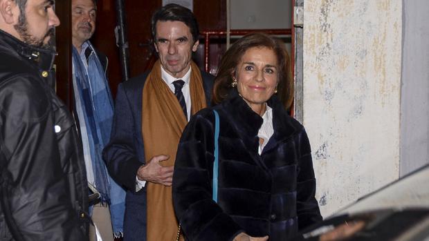 El expresidente y su esposa saliendo de la actuación