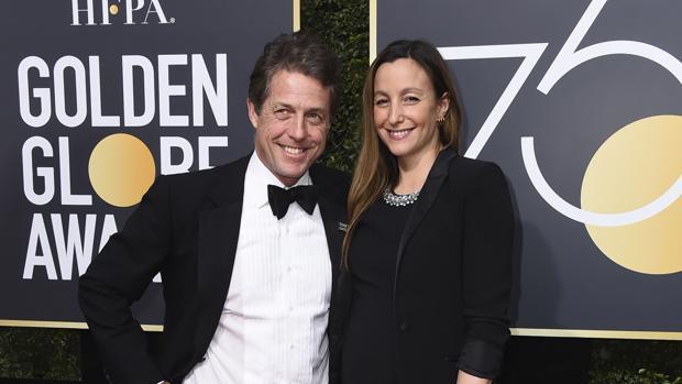 Hugh Grant y su pareja, Anna Eberstein, en los Globos de Oro